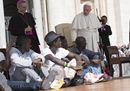 Il Papa: «Accogliamo tutti i profughi». E li porta con sé sul sagrato di San Pietro
