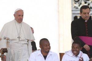 Un momento dell'udienza generale del Papa con un gruppo di rifugiati