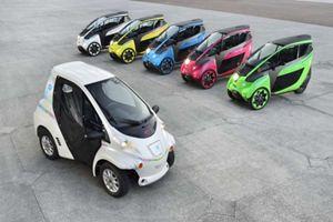 In primo piano la Toyota Coms in servizio a Grenoble, cento per cento elettrica.