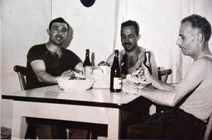 Antonio Iatarola e i compagni di baracca a cena.