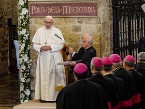 Il Papa alla Porziuncola (foto Reuters)