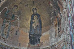 Il mosaico dorato della Madre di Dio nell'abside della chiesa principale del monastero di Gelati