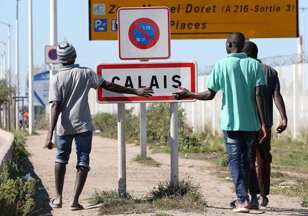 """""""La grande muraglia di Calais"""", così Londra respinge i migranti"""