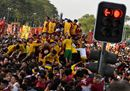 Devotees jostle one38.jpg