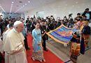 Le più belle immagini dell'incontro tra il Papa e Aung San Suu Kyi