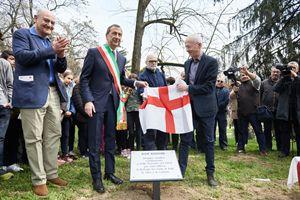 La più recente cerimonia nel Giardino dei Giusti di Milano. Da sinistra: Gabriele Nissim, il sindaco di Milano Beppe Sala e Riccardo Noury, presidente di Amnesty International Italia.