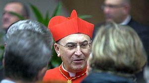 Il cardinale Mario Zenari, nunzio apostolico a Damasco. In copertina: presepe in Siria.