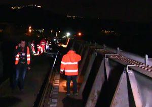 Un'immagine dei soccorsi sul luogo dove un tredicenne è stato investito mortalmente da un treno tra le stazioni di Soverato e Montauro (Catanzaro)