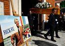 A Milano l'ultimo saluto a Cino Tortorella tra lacrime e peperoncino