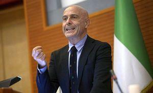 Qui e in copertina: il ministro dell'Interno Marco Minniti.
