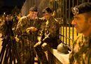 Di notte, alternando fucili e smartphone: prove tecniche di sfilata