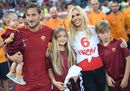 Totti: addio alla Roma, l'abbraccio alla famiglia