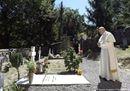 Papa Francesco prega sulla tomba di don Lorenzo Milani
