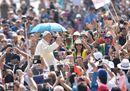 Il Papa scherza con i malati: «Il caldo batte, oggi sarà un bagno turco…»