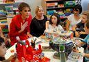 Parigi, Melania Trump in tailleur rosso visita l'ospedale pediatrico
