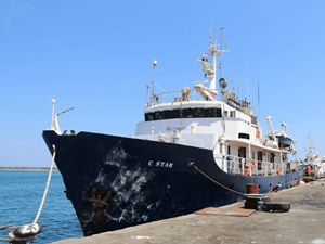C-Star, la nave antimigranti di Generazione Identitaria. Sopra, la Iuventa, della Ong Jugend Rettet (foto Ansa)