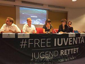 La conferenza stampa di Jugend Rettet per chiedere il dissequestro della nave Iuventa. In copertina: limbarcazione sequestrata, ferma al porto di Trapani.