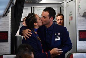 Carlos e Paula, entrambi assistenti di volo, sposati da papa Francesco sull'aereo che l'ha portato dalla capitale a una città settentrionale del Cile. Foto Ansa. Le altre fotografie di questo servizio sono tratte dal sito Vatican News.