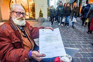 Un clochard multato a Como. In copertina: il flash mob realizzato nei giorni scorsi per protestare contro l'ordinanza del sindaco.
