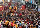 Devotees jostle one4.jpg