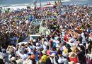 Bagno di folla per il Papa in riva al Pacifico