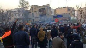 Una manifestazione a Teheran del 30 dicembre scorso. In copertina: un momento degli scontri nella capitale iraniana.