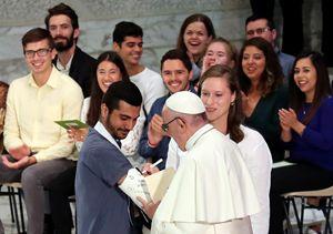L'autografo del Papa durante l'incontro in Vaticano con i giovani il 6 ottobre (foto Ansa)