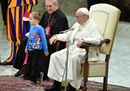 Il bimbo sale sul palco e il Papa scherza: «È indisciplinato ma libero»