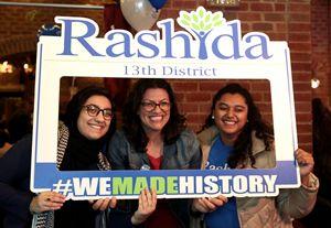 Rashida Tlaib (al centro) dopo la vittoria elettorale in Michigan (foto Reuters).