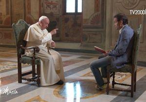 Papa Francesco e le apparizioni: bisogna guardare dove Maria indica, non il dito