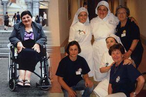 Antonietta Raco in sedia a rotelle durante il pellegrinaggio a Lourdes nel 2009 e, a destra, nel 2012 dopo la guarigione con l'abito di barelliera dell'Unitalsi