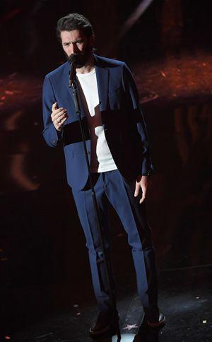 Giovanni Caccamo mentre canta la sua canzone, Eterno