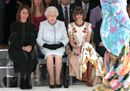 La Regina Elisabetta per la prima volta a una sfilata di moda