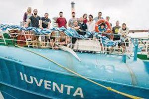 """Qui e in copertina: la nave Iuventa, messa in mare dalla Ong tedesca Jugend Rettet (che significa """"ragazzi in mare"""") per la ricerca e il soccorso dei migranti nel Mediterraneo."""