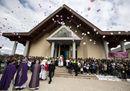 Latina, l'ultimo addio a Martina e Alessia. Il parroco: «Preghiamo anche per il padre»