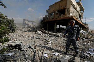 Un pompiere siriano vicino al Centro di ricerca scientifica di Damasco, in Siria, distrutto dopo il bombardamento americano (Reuters)
