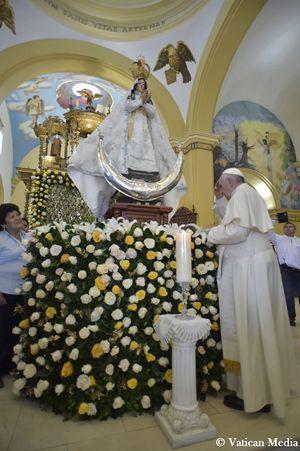 Francesco prega davanti alla Statua della Virgin de la Puerta durante la sua visita a Trujillo, in Perù