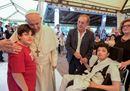 La visita a sorpresa del Papa ai disabili