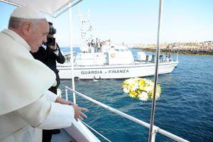 Lampedusa, lunedì 8 luglio 2013. Papa Francesco una corona di fiori in mare, atto in ricordo dei tanti migranti morti tentando di arrivare in Italia. Questa e tutte le altre foto del servizio sono dell'agenzia Ansa.