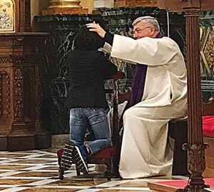 """Il figlio di Elisabetta Gregoraci, Nathan Falco, durante la sua prima Confessione. La foto è stata postata su Instagram dalla stessa showgirl con un affettuoso commento: """"Sono orgogliosa di te, amore mio"""""""
