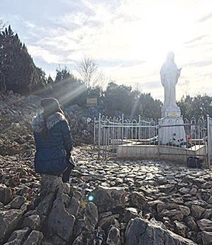 Elisabetta Gregoraci durante il suo pellegrinaggio a Medjugorje nel dicembre 2016