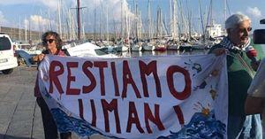 Uno striscione di protesta contro la decisione del ministro Salvini di non far sbarcare i naufraghi della nave Diciotti.