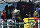 La Sea Watch è arrivata finalmente a Catania e i migranti si abbracciano