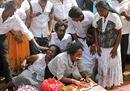 Lo strazio dei familiari delle vittime durante i funerali