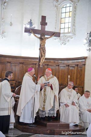 Il cardinale Bassetti celebra la Messa nella Chiesa Collegiata del Ss. Salvatore ad Alessano